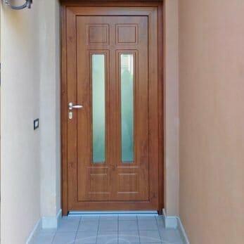 Il pannello della nuova porta blindata d'ingresso con vetri antisfondamento