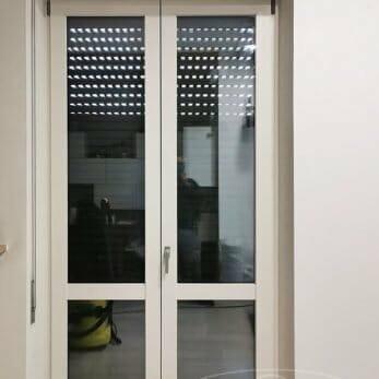 La nuova porta finestra in alluminio nel soggiorno