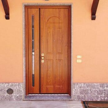 Il pannello della nuova porta blindata d'ingresso visto dall'esterno