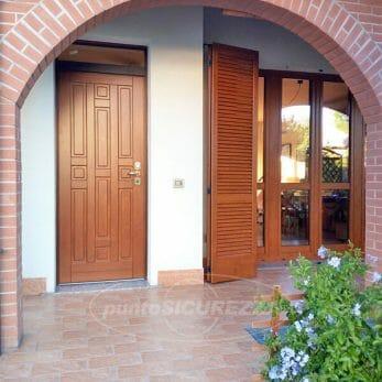 Portoncino e finestra con persiane nuove
