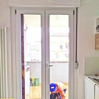 porta-finestra-cucina-bianca